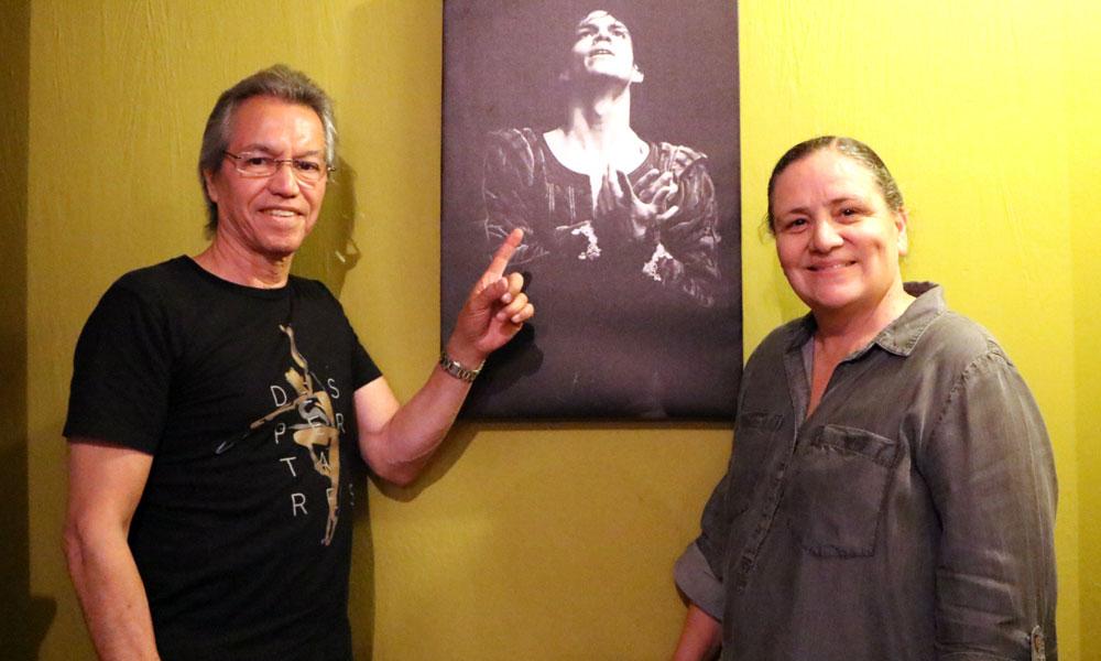 Padres de Isaac Hernández frente a un retrato de su hijo