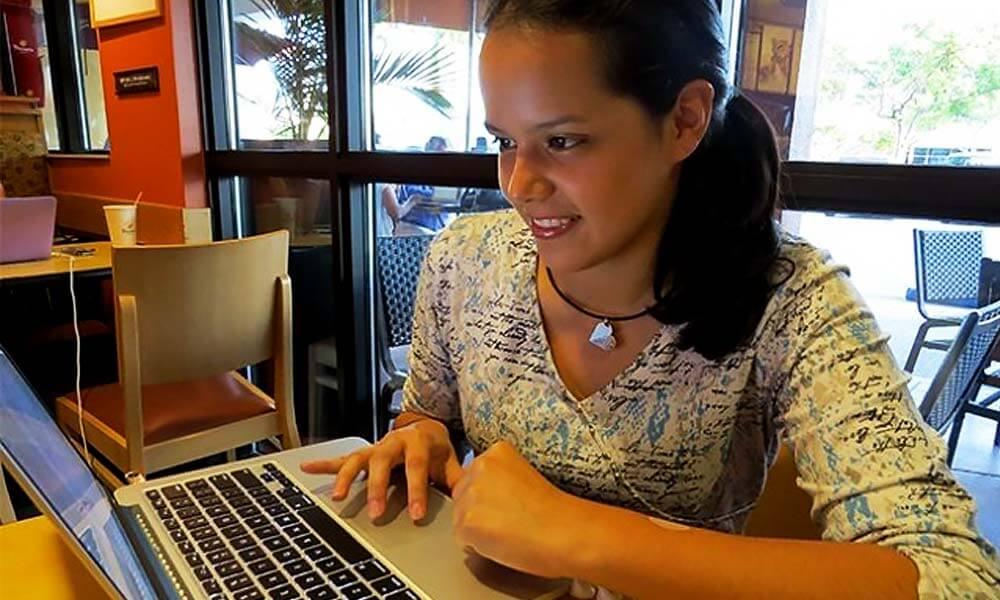 Alejandrina Reyes programando en su computadora Apple